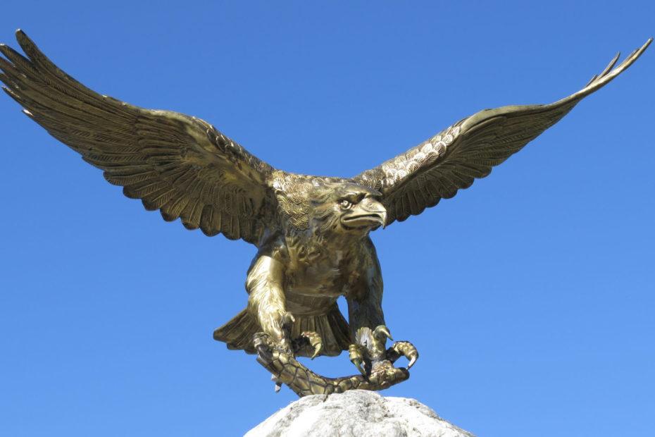 Adler Attrappe Statue